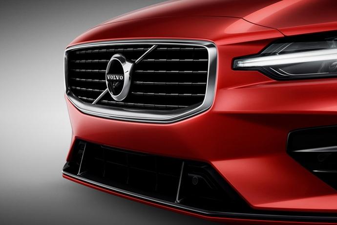 990539897_G5UBJElK_230900_New_Volvo_S60_R-Design_exterior.jpg